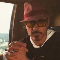 1. Robert Downey Jr. mide 1.74 centímetros y tiene que aparecer en numerosas ocasiones junto a Chris Evans o junto a Chris Hemswort, quienes se acercan al 1.90, por lo que el actor utiliza zapatos con tacón. Foto:Instagram/robertdowneyjr