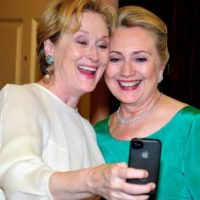Meryl Streep con Hilary Clinton en una cena de gala. Foto: Getty Images