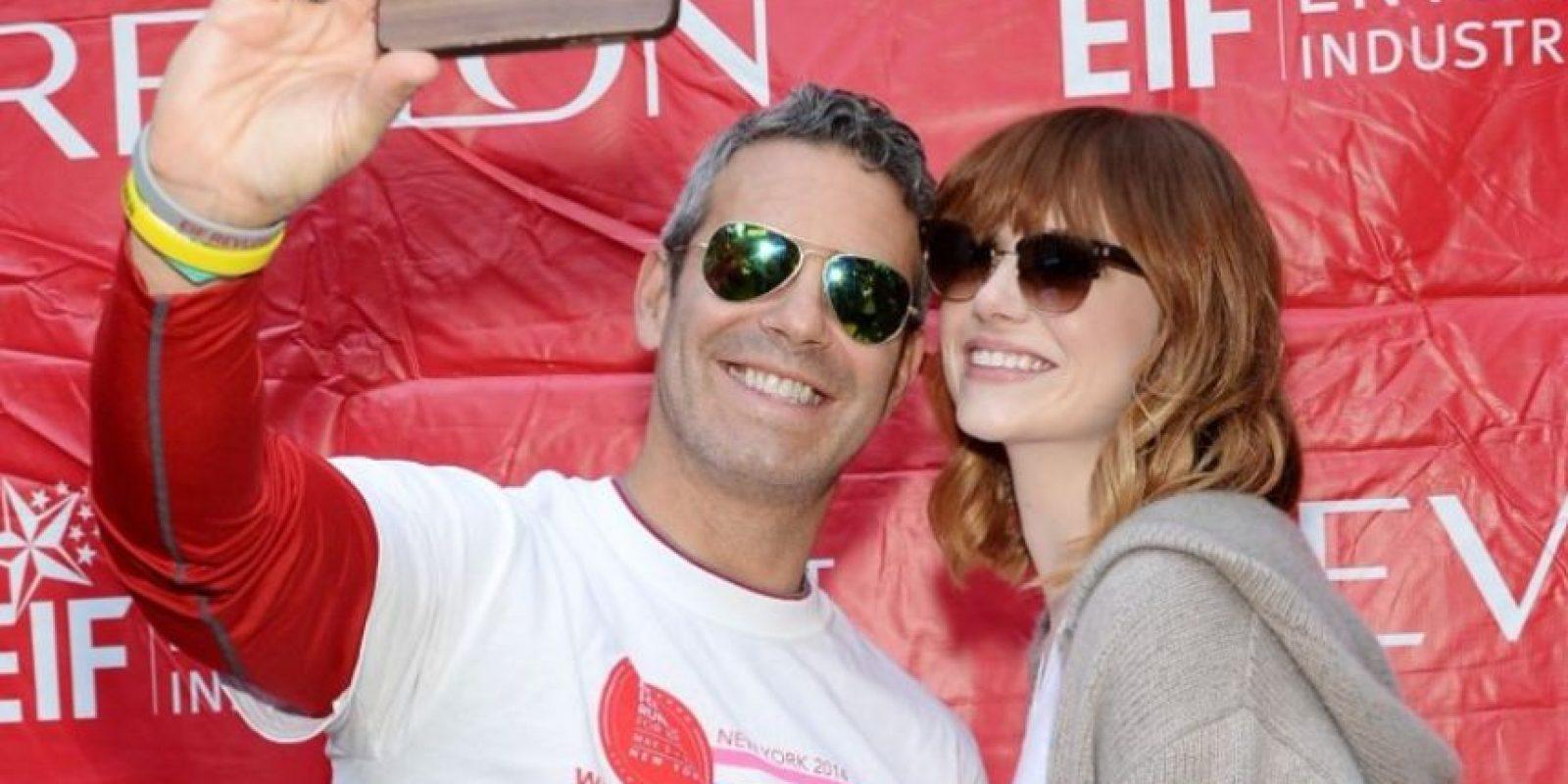 Andy Cohen y Emma Stone sonrieron para la foto. Foto:Getty Images