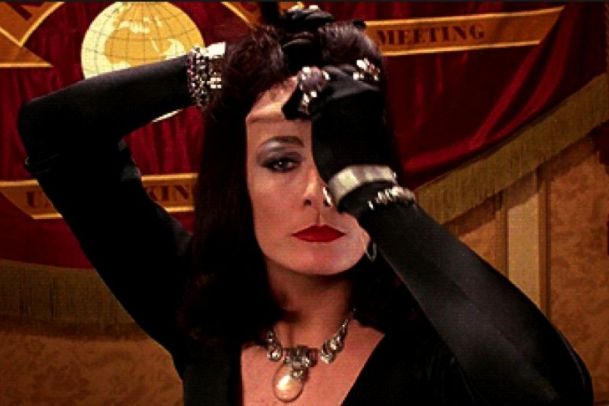 La portadora de tan horrible apariencia era Anjelica Huston. Foto: vía Warner Bros
