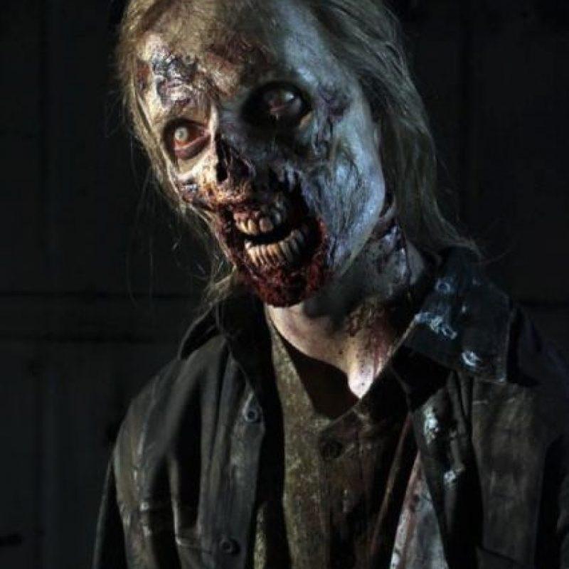 """1. Aunque la serie se trata de zombies en la misma nunca utilizan la palabra """"zombie"""". ¿Por qué? La compañía Marvel patentó esta palabra en 1975 y, para evitarse problemas legales, los productores decidieron llamarlos """"caminantes"""". Foto:Vía Facebook.com/TheWalkingDeadAMC"""