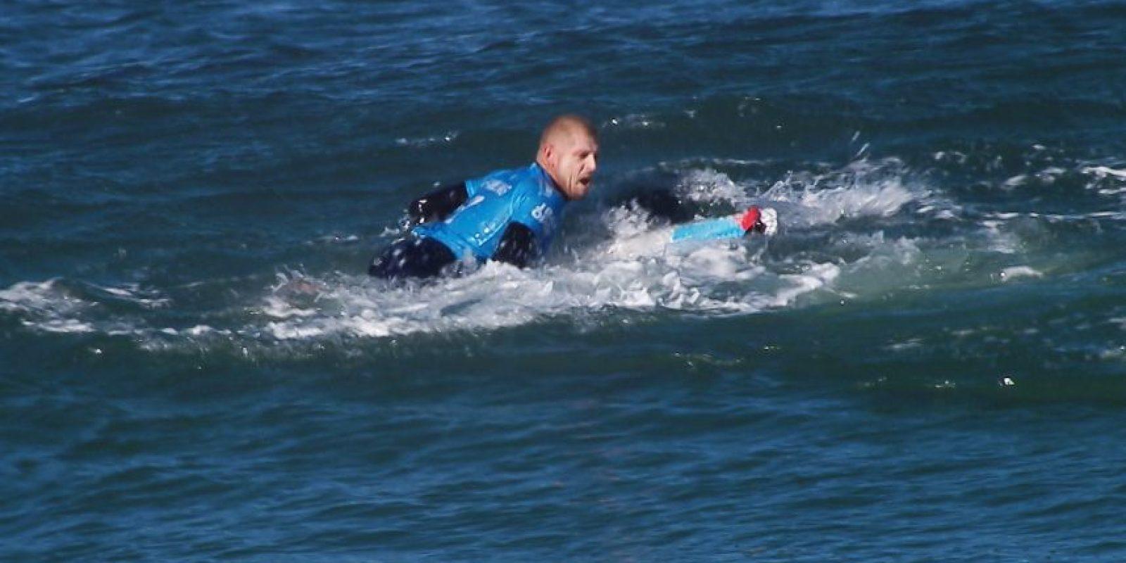 El deportista pateó al tiburón y logró zafarse. Foto:AFP