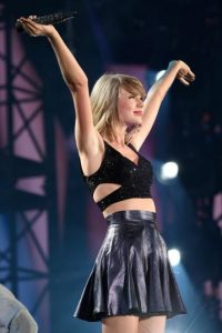 Taylor ha invitado a otros cantantes populares para que la acompañen en el escenario del lugar donde se presenta. Foto:Getty Images