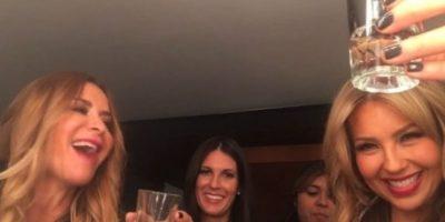 Aunque eran las 11 de la mañana, Thalía no perdió la oportunidad de tomar su bebida favorita. Foto:vía instagram.com/thalia