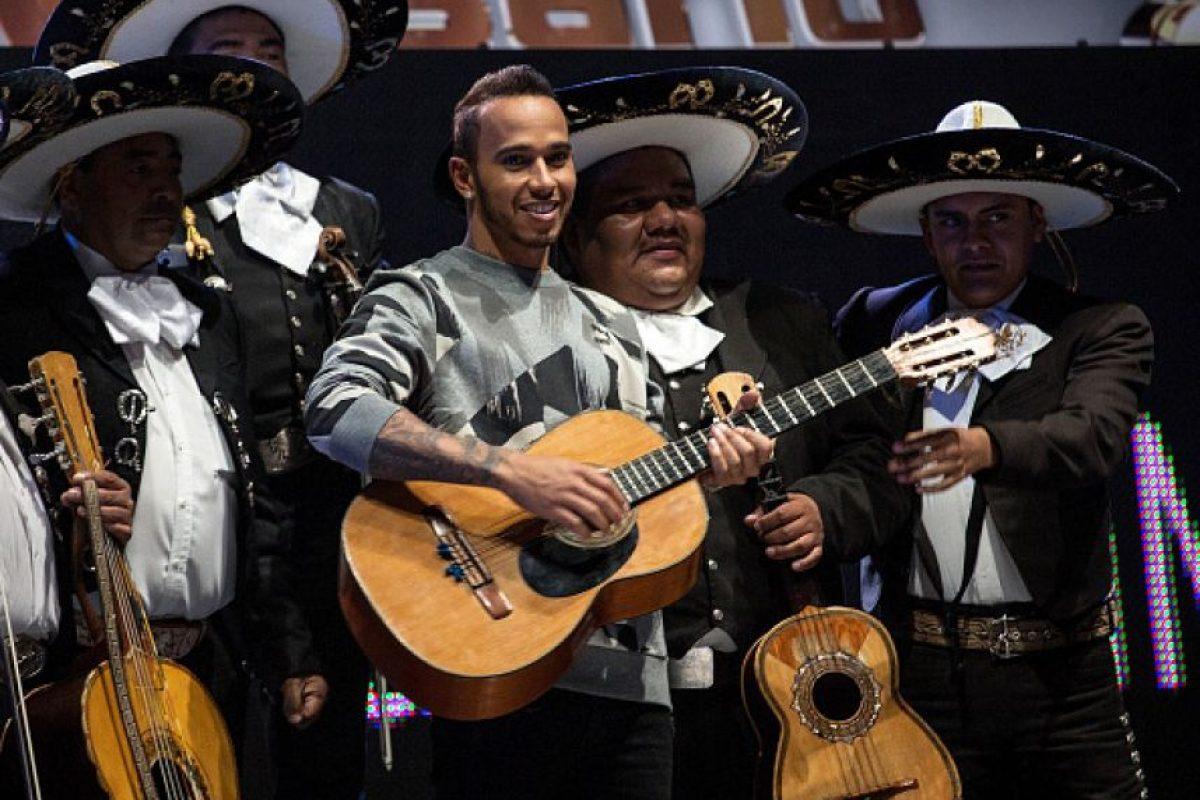 También fue recibido por mariachi e incluso, tocó con ellos algunas notas en guitarra. Foto:Getty Images
