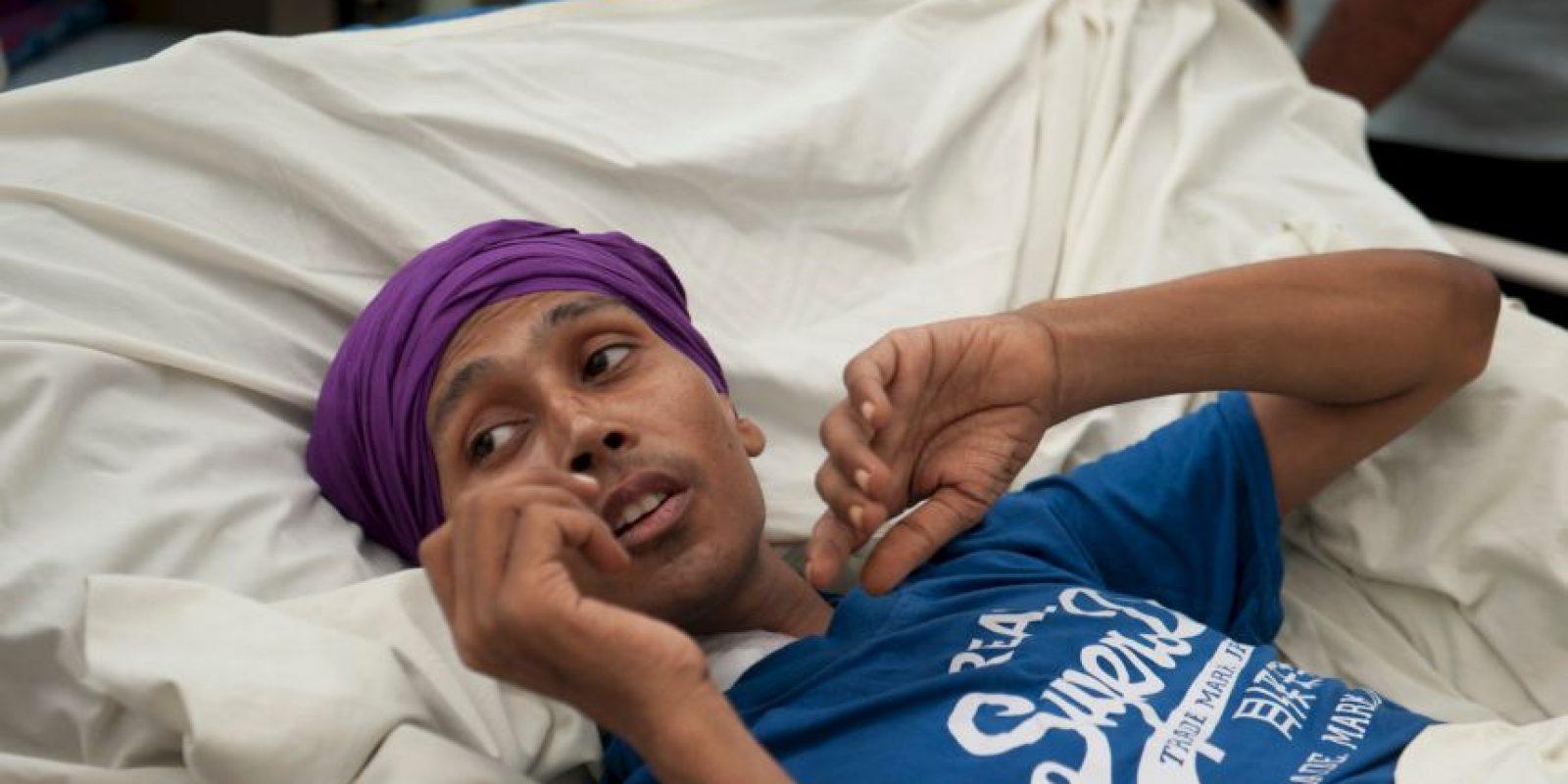 El joven perdió su pierna derecha en el proceso. Foto:vía Barcroft Media