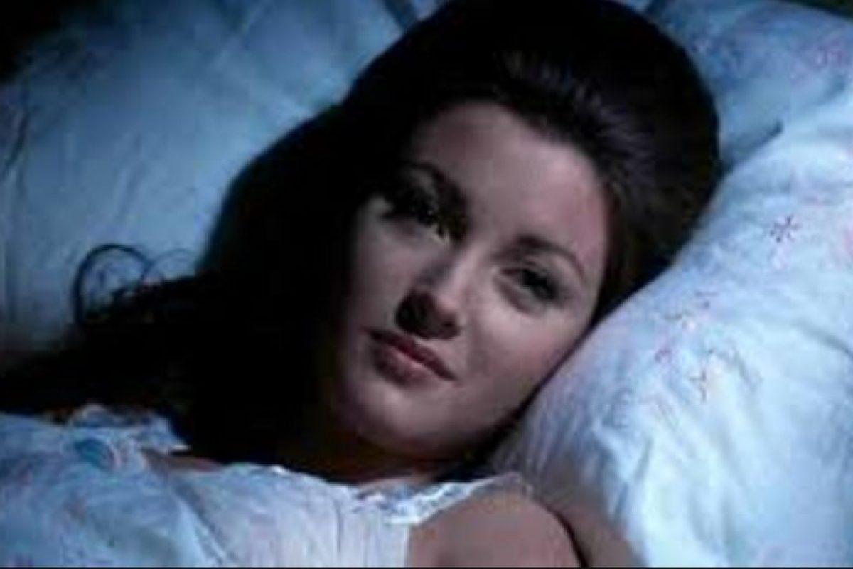 """La primera aparición de Roger Moore como agente Bond fue en compañía de Jane Seymour en el papel de Solitaire. Ambos protagonizaron la exitosa cinta """"Live and let die"""" Foto:Vía imdb.com"""