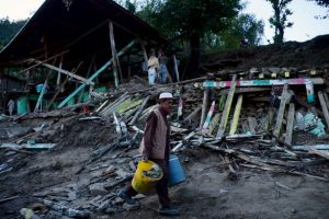 Palistaníes toman sus pertenencias tras perder su hogar a causa del terremoto de 7.5 que los afectó esta semana. Foto:AFP