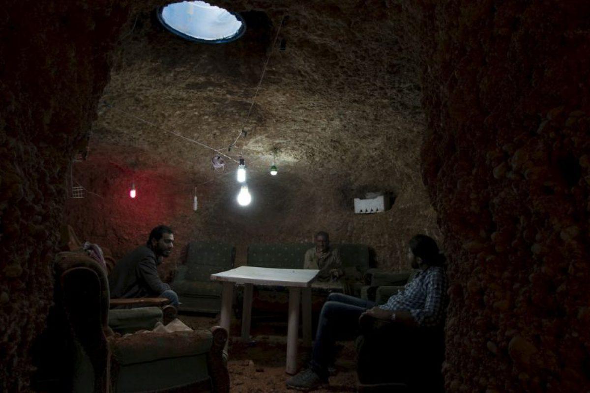 Familia en refugio subterráneo en Aleppo, Siria. Foto:AFP