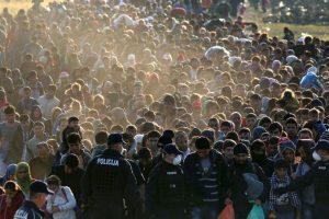 Migrantes en la frontera de Eslovenia y Croacia. Foto:AFP