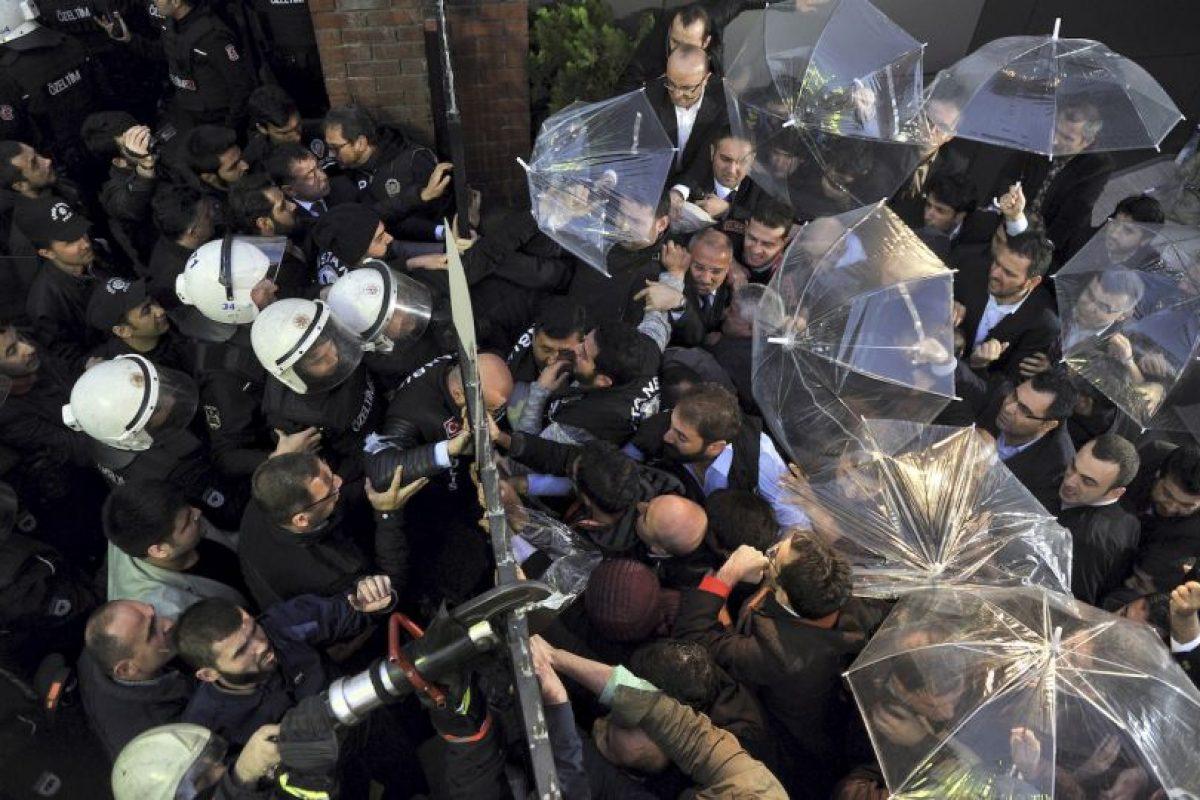 Policía turca y medios de comunicación durante las protestas. Foto:AFP