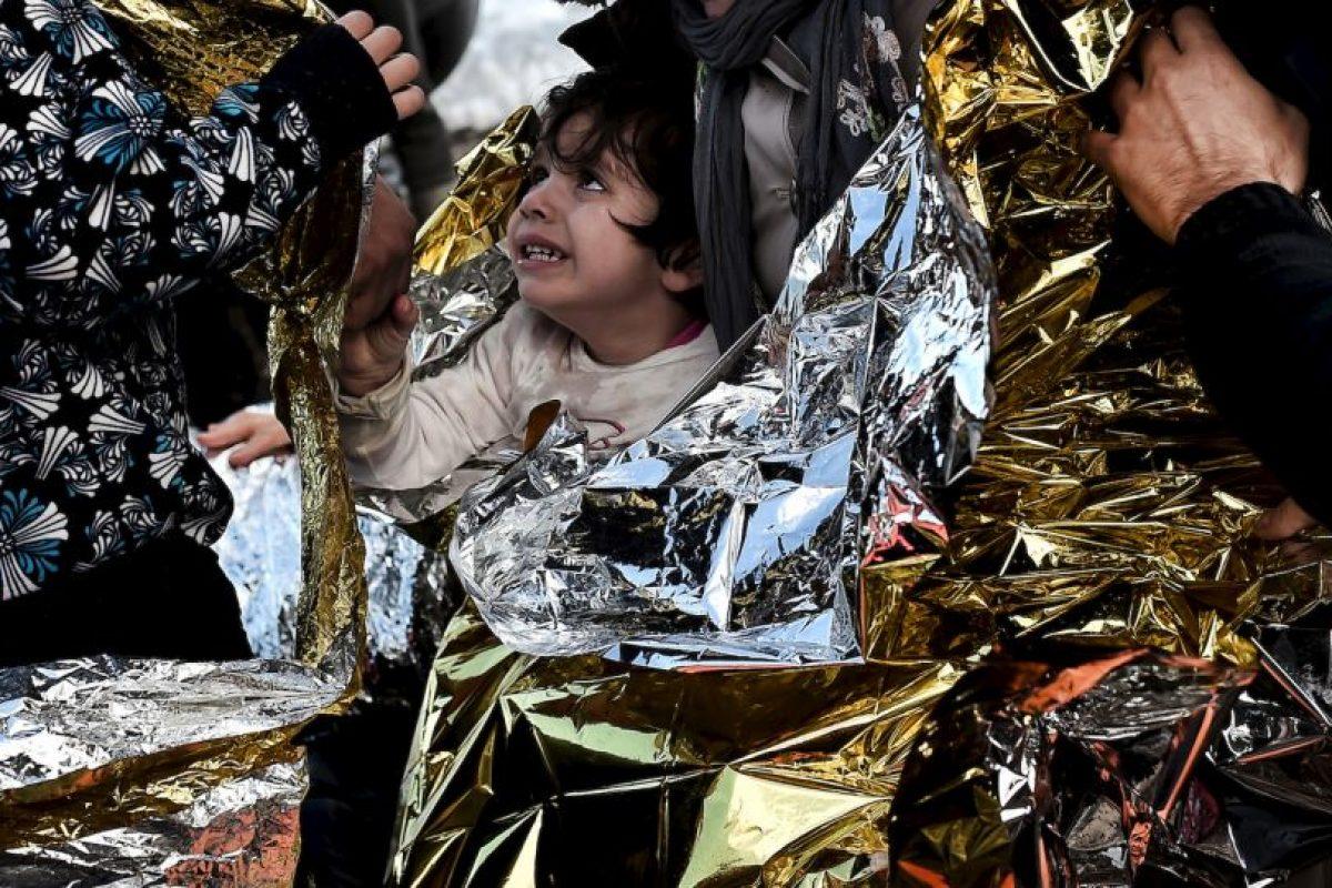 Niño sirio llega a costas griegas tras pasar por la ruta del Mediterráneo. Foto:AFP