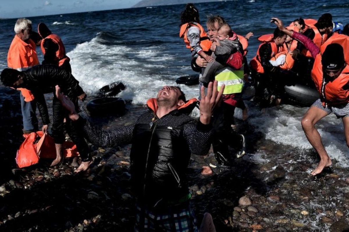Refugiado emocionado de llegar a la isla griega Lesbos tras arriesgar su vida en el Mediterráneo. Foto:AFP