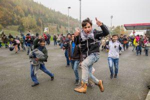 Migrantes corren en la frontera de Eslovenia y Austria. Foto:AFP