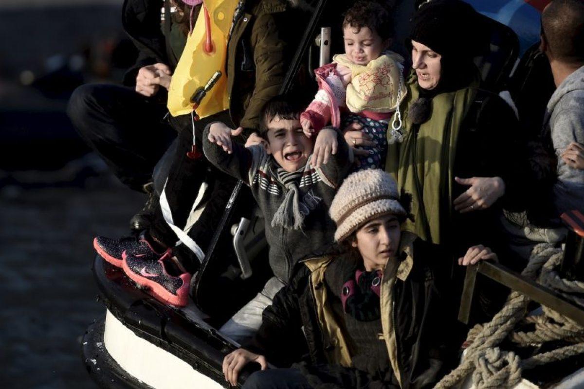 Niño llora asustado luego de que el bote en el que viajaba a Grecia se comenzara a hundirse. Foto:AFP
