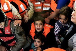 Niños rescatados del bote que se hundió este viernes cerca de la isla Lesbos. Foto:AFP