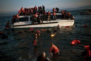 Refugiados y migrantes buscan salvar sus vidas luego de que el bote en el que llegaron a Grecia comenzara a hundirse. Los hechos se dieron este viernes. Foto:AFP