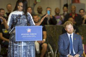 La primera dama de Estados Unidos, Michelle Obama bromea sonbre el aspecto del príncipe Harry. Foto:AFP