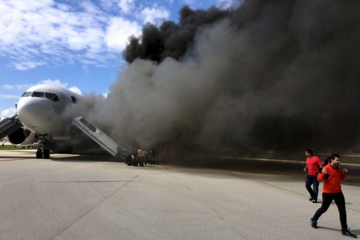 Pasajeros evacúan avión en llamas en Florida. Se reportaron 21 personas heridas. Foto:AFP