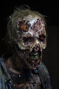 """1. Aunque la serie se trata de zombis en la misma nunca utilizan la palabra """"zombi"""". ¿Por qué? La compañía Marvel patentó esta palabra en 1975 y para evitarse problemas legales los productores decidieron llamarlos """"caminantes"""". Foto:AMC"""