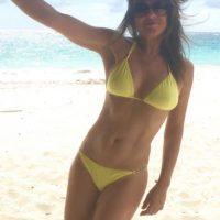 Y por medio de su cuenta en Instagram, presumió esta imagen de sus vacaciones en la playa. Foto:vía instagram.com/elizabethhurley1