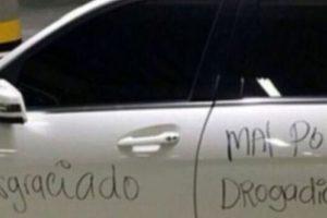 Escribir en el auto. Foto:vía Facebook.com