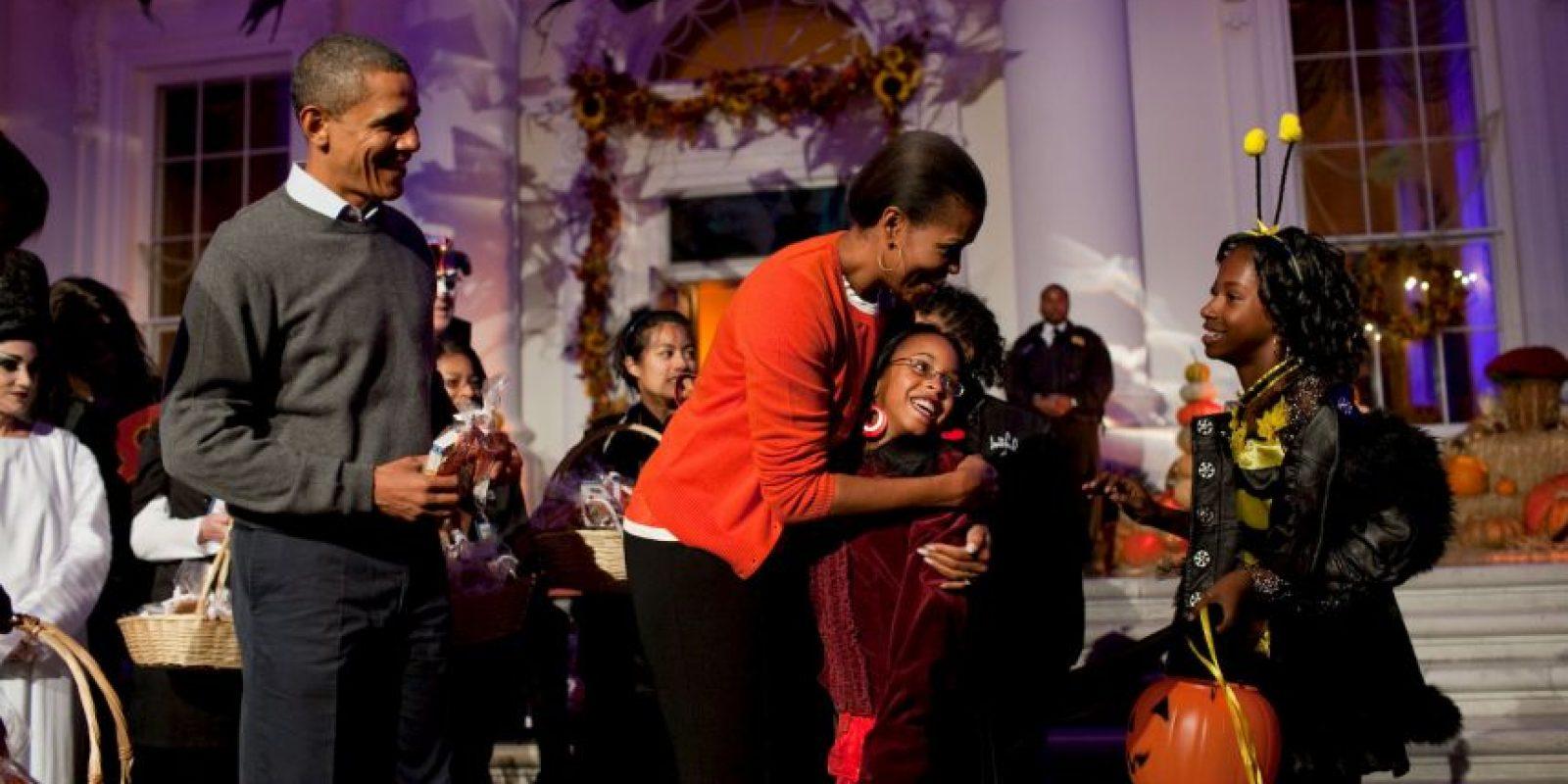 La familia Obama reparte dulces entre los visitantes Foto:Getty Images