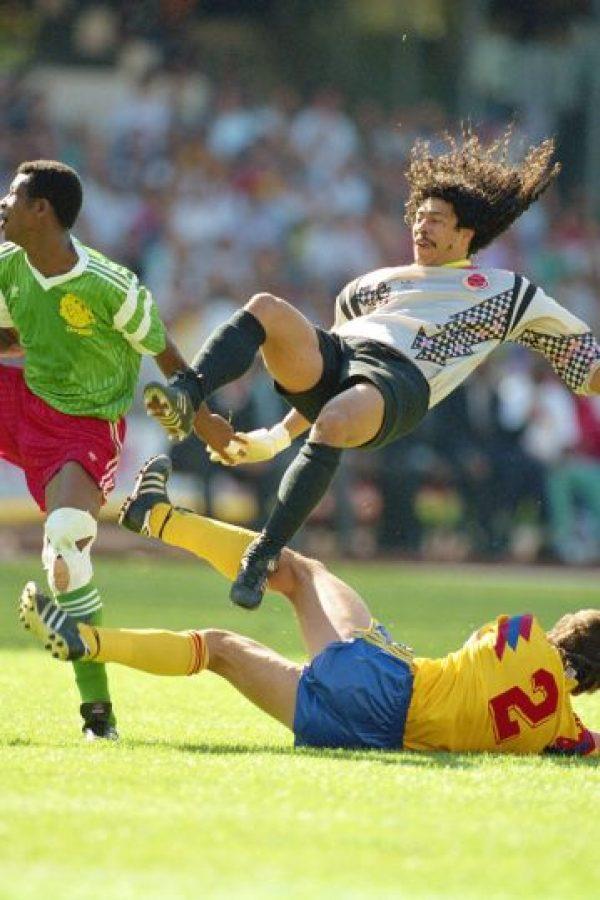 """La fama internacional le llegó en 1995, cuando realizó su jugada más famosa, el """"escorpión"""" en Wembley. Fue durante un encuentro entre Colombia e Inglaterra, e Higuita detuvo así un disparo de Jamie Redknapp. Foto:Getty Images"""