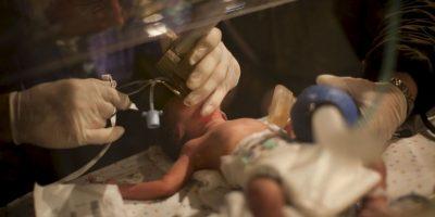 """""""Los niños prematuros pierden más fácilmente el calor corporal, lo que podría provocarles una hipotermia, poniendo su vida en peligro. Necesitan más energía y cuidados para conservar el calor y desarrollarse"""", detalla la OMS. Foto:Getty Images"""