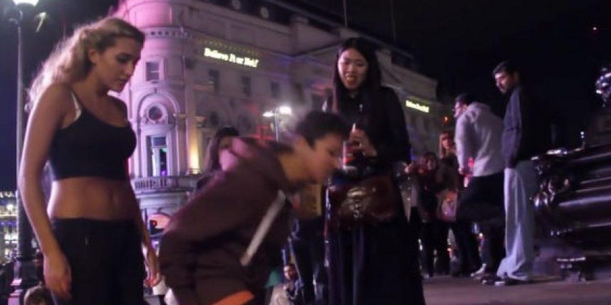 Video: A mujer la insultan en la calle por su atuendo y nadie quiere ayudarla