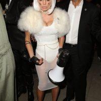 """La cantante y su esposo se disfrazaron del diseñador Karl Lagerfeld y su gato """"Choupette"""". Foto:Getty Images"""