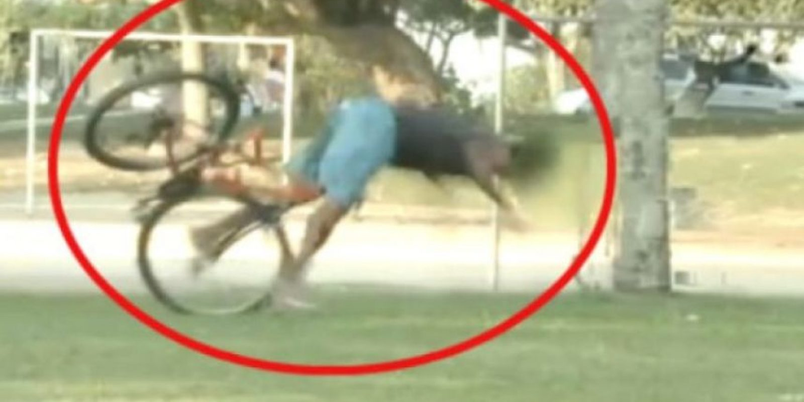 Un canal de bromas mostró como las personas intentaban robar una bicicleta Foto:Vía Youtube/OsPrimitivos