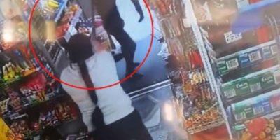 Un par de adolescentes neozelandeses intentaron robar una tienda simulando llevar un rifle. Foto: Vía LiveLeak