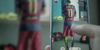 Neymar movía la cadera en el vestuario. Foto:FC Barcelona / YouTube
