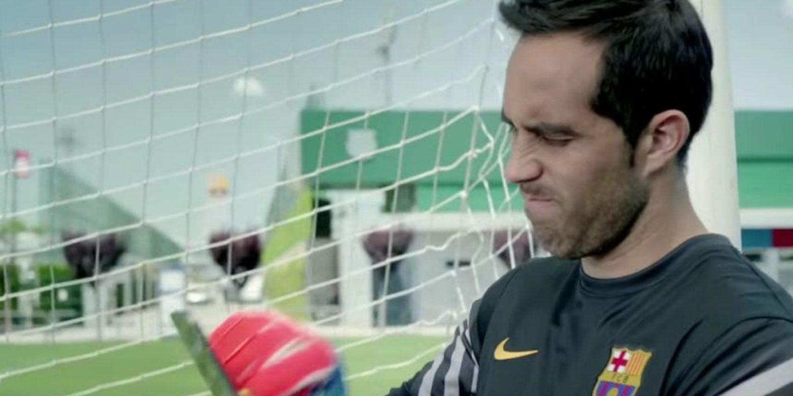 Al inicio, Bravo no podía verlo. Foto:FC Barcelona / YouTube