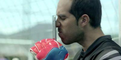 Claudio Bravo desbloquea su smartphone con la nariz. Foto:FC Barcelona / YouTube