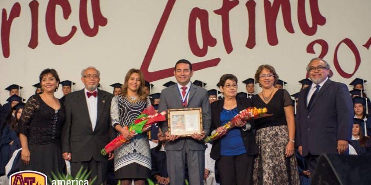 Jimmy Morales recibe reconocimiento del Instituto América Latina