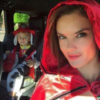 "La modelo se convirtió en ""Caperucita roja"". Foto:via instagram.com/alessandraambrosio"