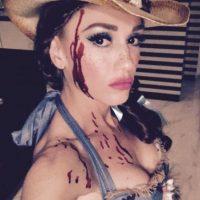 La cantante lució como una granjera ensangrentada. Foto:vía instagram.com/gwenstefani
