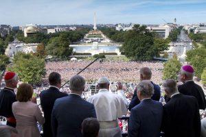 Miles de personas se congregaron a las afueras para saludarle Foto:Getty Images