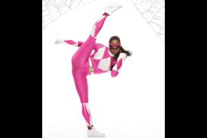 Naomi como la Power Ranger rosa. Foto:WWE