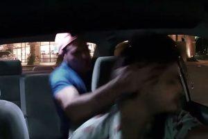 El momento en que un pasajero de Uber en estado de ebriedad golpea al conductor. Foto:Edward Caban / YouTube