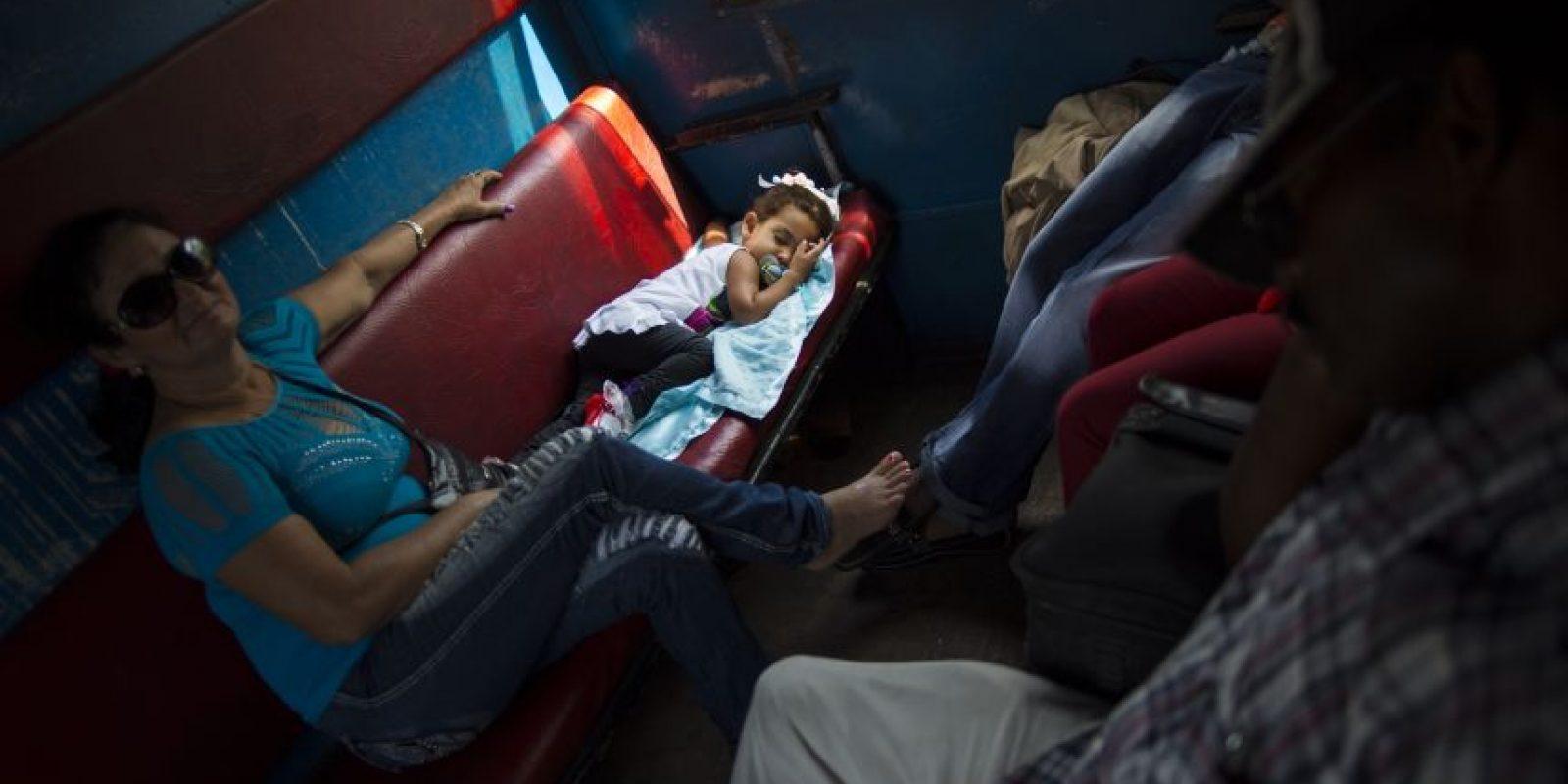 En esta fotografía del 23 de marzo de 2015, una niña duerme en un tren en movimiento junto con su familia mientras viajan desde Santiago de Cuba a Santa Clara en la provincia de Holguín. Aunque la isla está modernizando lentamente su sistema ferroviario, sigue siendo la forma más lenta para moverse en Cuba, que ya de por sí se mueve con lentitud. Foto:AP Photo/ Ramón Espionsa
