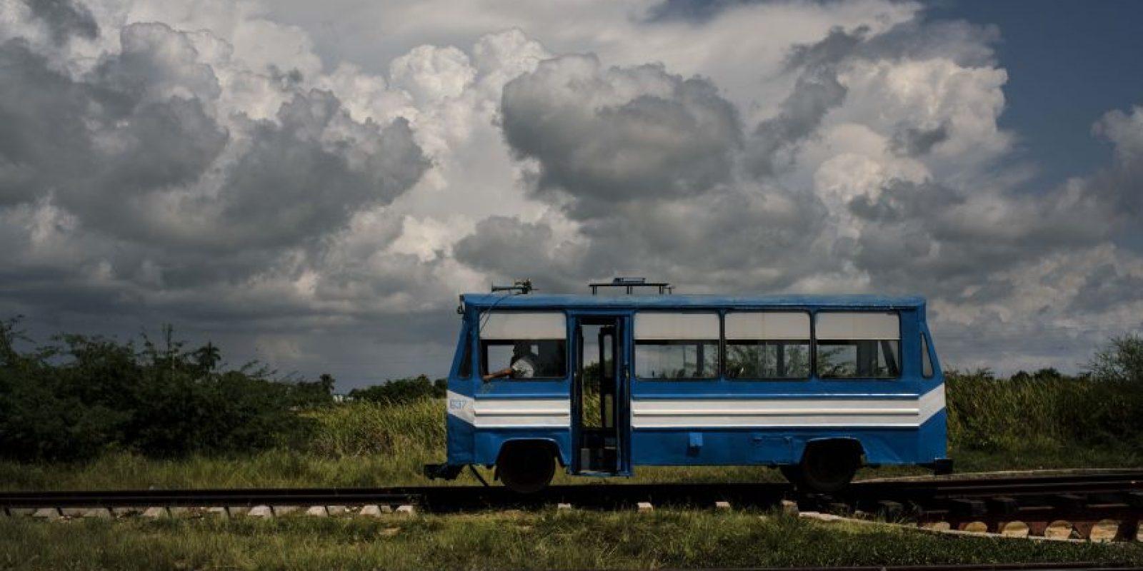 """En esta imagen, tomada el 11 de octubre de 2015, un vagón de tren con apariencia de autocar se mueve por las vías a las afueras de Trinidad, en Cuba. Este tren, conocido como """"tren automotor"""", traslada a pasajeros hacia y desde la ciudad. Cuba fue el primer país latinoamericano en contar con un sistema ferroviario a mediados del siglo XIX, cuando la España colonial empezó a conectar La Habana con las regiones productoras de azúcar de las afueras de la capital. Foto:AP Photo/ Ramón Espionsa"""
