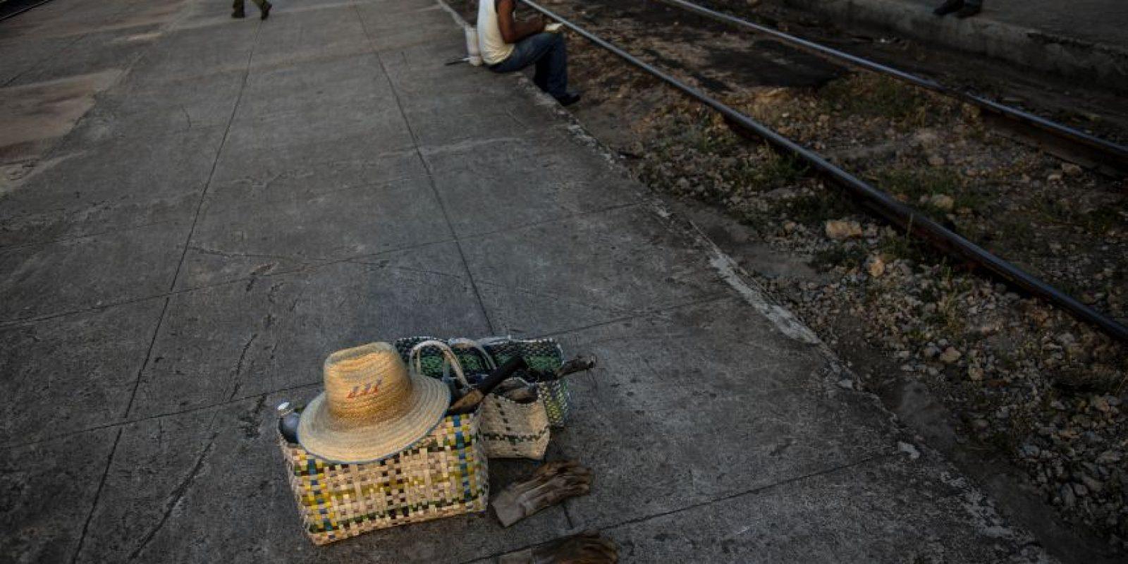 En esta fotografía del 23 de marzo de 2015, herramientas de un trabajador de mantenimiento ferroviario yacen junto a las vías antes de que él inicie su día de trabajo en San Luis, cerca de Santiago de Cuba. De este a oeste, los trenes ofrecen una vista de Cuba en cámara lenta y alta definición que pocos extranjeros ven alguna vez. Foto:AP Photo/ Ramón Espionsa