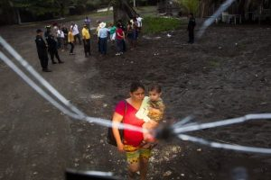 Explica que habitar zonas cercanas a ríos o lagos, aún cuando están secos, es un error Foto:AFP