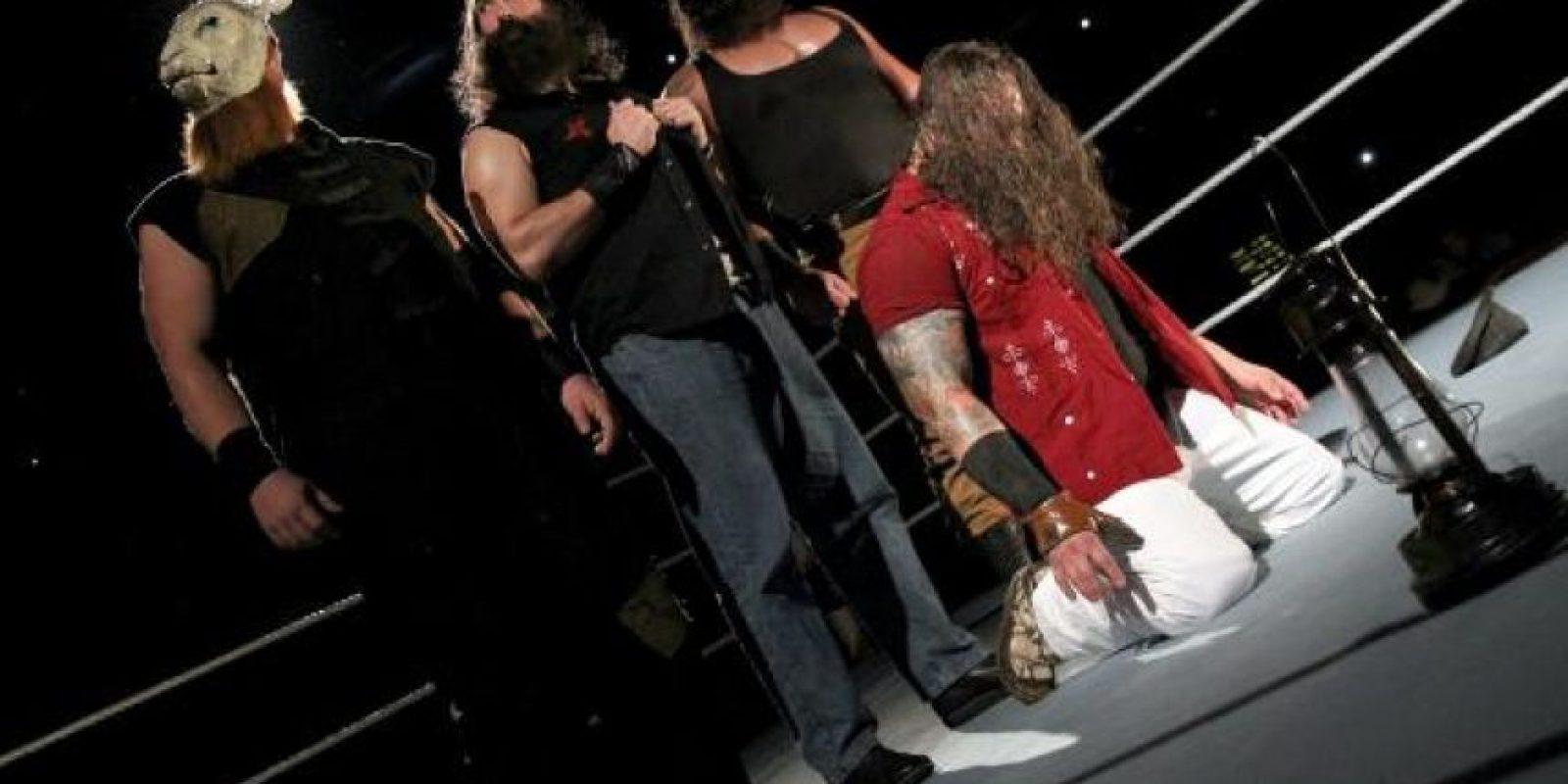 Detrás de Bray se encuentran los temibles Eric Rowan, Luke Harper y Braun Strowman Foto:WWE