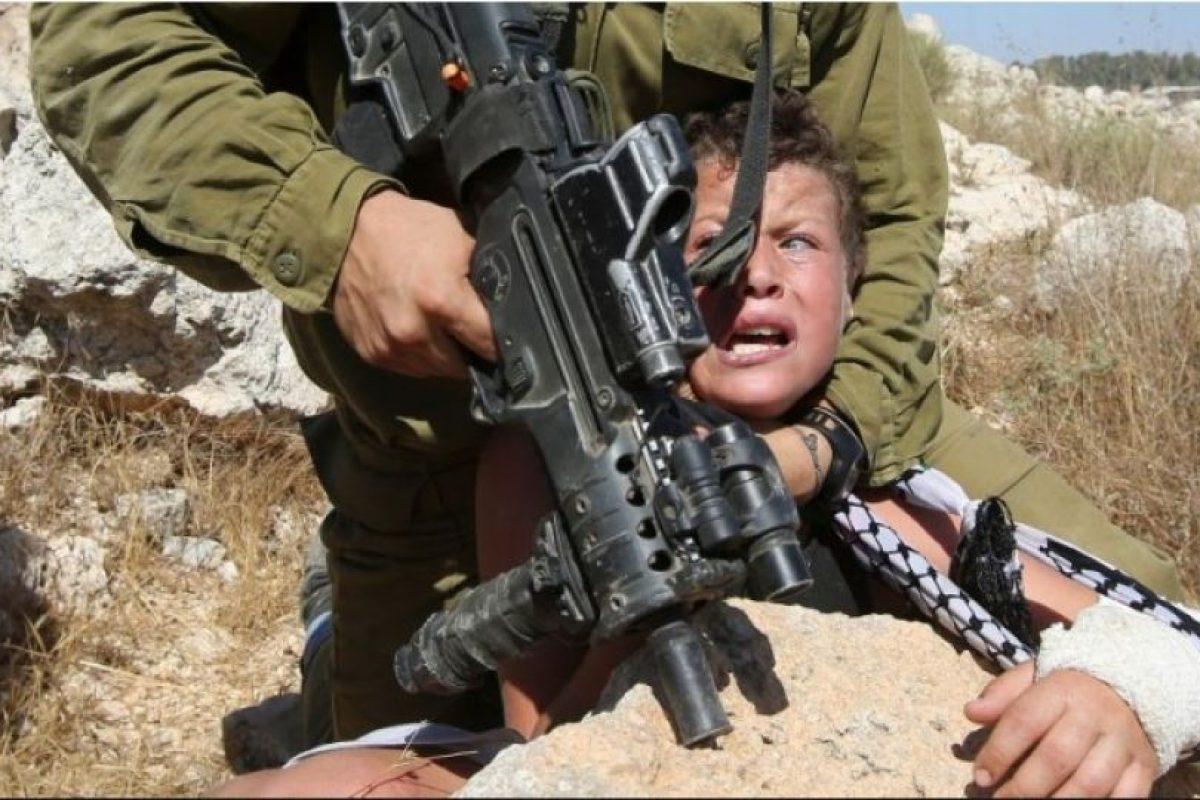 6. Un niño es detenido por un militar Foto:AFP