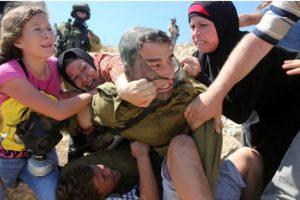 Al cual atacaron para que liberara al niño Foto:AFP