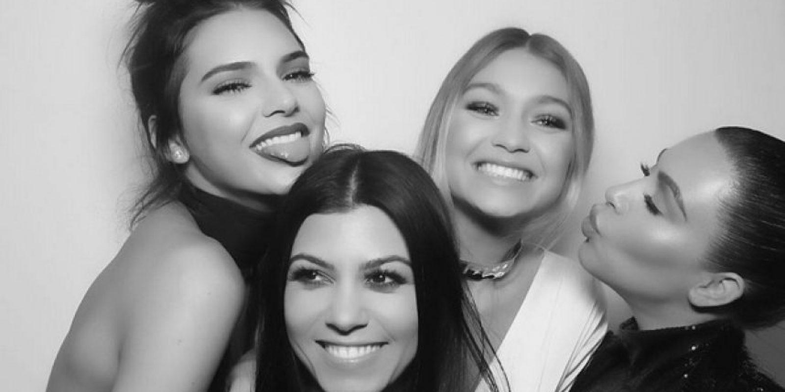 Mientras Kendall Jenner festejaba su cumpleaños número 20 junto a sus hermanas y amigos… Foto:Instagram/kimkardashian
